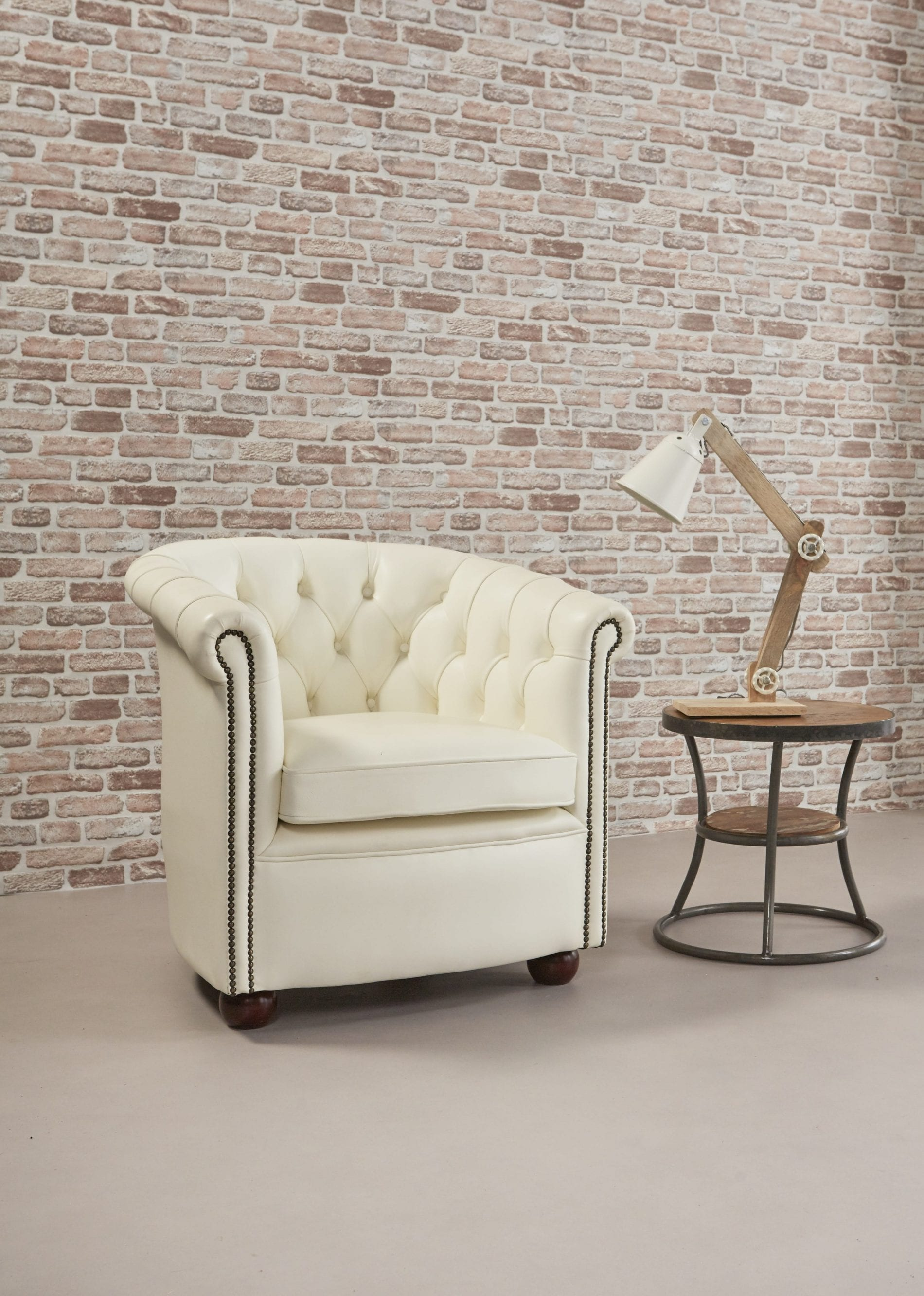 Delta-chesterfield-traditioneel-tub-chair-byran-magnolia-white-zijaanzicht-rechts-met-lamp